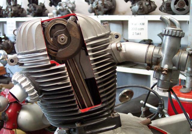 画像: NSUマックス用エンジンの特徴がよくわかるカットエンジンモデル。チェーンやギアにつきものの「バックラッシュ」を減らすことが可能なメカニズムであり、正確なバルブタイミングを保てるのがメリットです。 pretty-cars.com
