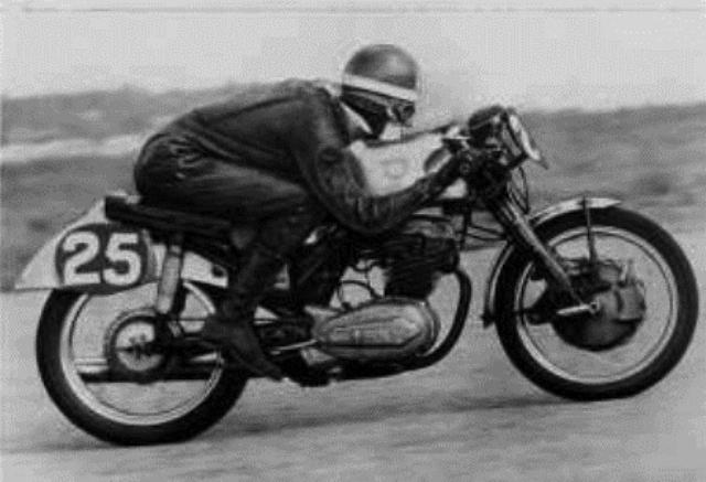 画像: NSUスポーツマックスに乗るM.ヘイルウッド。1957年の冬、ヘイルウッドは南アフリカに遠征し、彼の地で数多くの勝利・ラップレコードを記録しました。翌1958年に、赤いカラーとなったNSUと18歳のヘイルウッドは、25勝を含む34回の表彰台を獲得。そしてキャリア初の世界GPのポイントと、マン島TT初表彰台を獲得しました。 www.bikeme.tv