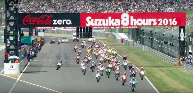 画像: スタートで飛び出したのは、チームカガヤマ(スズキ)の清成龍一。今年のBSB(英国スーパーバイク選手権)では苦闘のシーズンを送るサムライライダーが、18週目まで首位を走り大観衆をわかせました! www.youtube.com