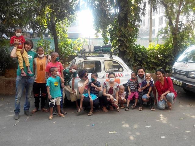 画像: 旅をしながら子供達のための施設を訪問