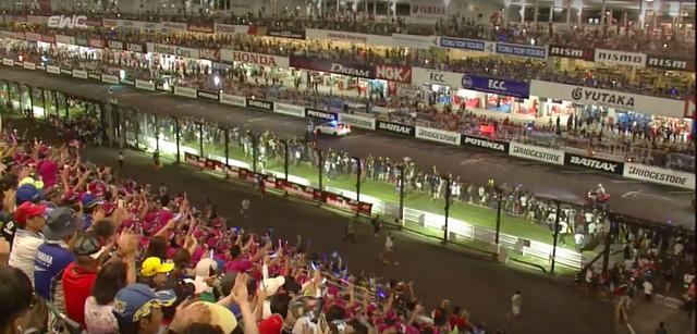 画像: 8時間を戦い抜いた各チームへ、惜しみない賛辞を送る大観衆。美しいシーンですね。 www.youtube.com