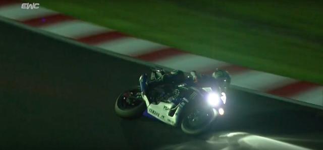 画像: ヤマハファクトリーの最終スティントを託されたアレックス・ローズ。危なげないクレバーな走りで夜間走行の難しい時間帯をこなし、2年連続の栄光のゴールへYZF-R1を導きました。なお世界耐久選手権のレギュレーションに合わせ、レーススタートがら常時ライトオンでしたが、ゼッケン番号は伝統の「ライトオン」ボード提示に合わせて、各チーム発光させていました。 www.youtube.com
