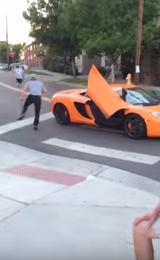 画像: 逃げる少年と必死に追いかける運転手。 youtu.be