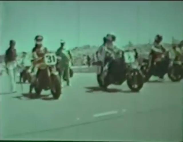 画像: ずらりとグリッドに並ぶスーパーバイク・レーサーたち。 www.youtube.com