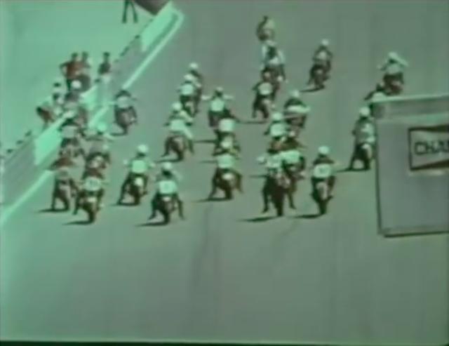 画像: レーススタート! 竿立ちしているのはヨシムラ・スズキGS1000に乗る、#34のウェス・クーリーですね。彼はこの年と翌1980年、2年連続でスーパーバイク王者に輝きました。 www.youtube.com