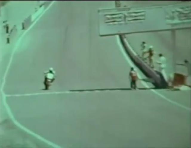 画像: 栄光のチェッカー! フラッグを振る人のアクションが面白いので、ぜひ動画でチェックしてください。 www.youtube.com