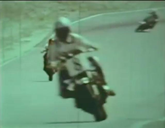 画像: ファクトリーZ1000スーパーバイクで疾走するフレディ! 1979年のフレディは、銀ヘル、赤ヘル、白ヘルを被ってました。なお#8は、ホンダファクトリー初年度の1980年にも付けていたゼッケンです。 www.youtube.com