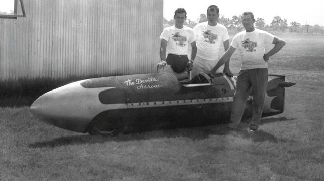 画像: テキサスのストーミィー・マグハムとジャック・ウィルソン、そして後の有名店、ビッグDサイクルズとなるモーターサイクルショップを営むピート・ダリオの3人によって生み出された「ザ・デビルズ・アロー」。まったくのプライベーター体制で、1956年9月にボンネビルで時速193.7マイル(約311.7km/h)の世界記録を樹立しました。 www.triumphmotorcycles.co.uk