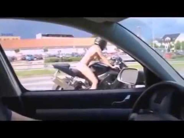 画像: 高速道路 裸の女の子がバイクで爆走! 衝撃映像 youtu.be