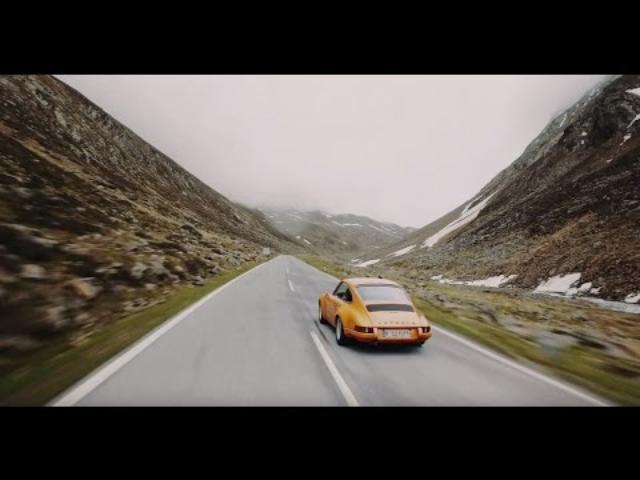 画像: CURVES Magazine – Soulful driving with 9 Porsche models in the Swiss and Italian Alps. www.youtube.com