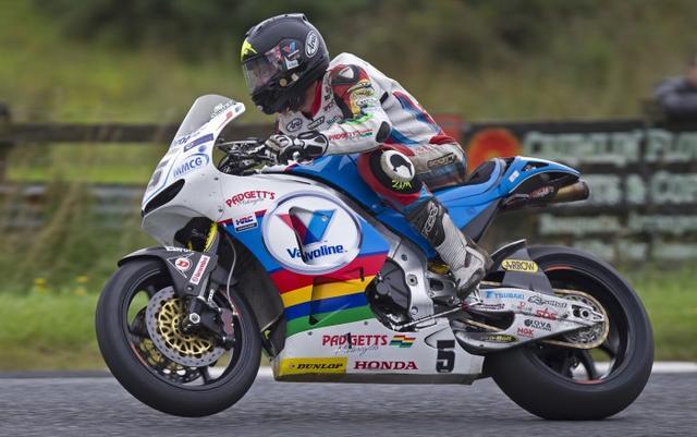 画像: アルスターGPのプラクティスを走るB.アンスティとホンダRC213V-S。平均速度133mph越えをスーパーポールで果たしたのは、このコンビネーションのみでした。 www.bikesportnews.com