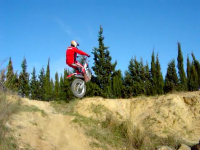 画像: なんの問題もないよ、と言わんばかりに、前輪のないマシンで見事クリア! www.youtube.com