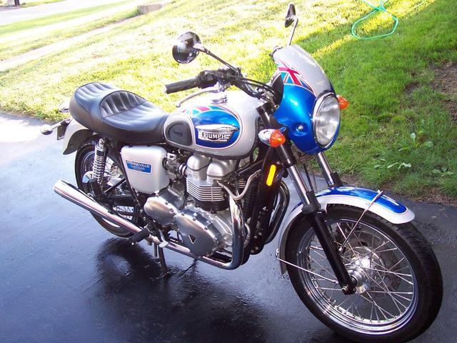 画像: 2002年、エリザベス女王50周年を記念して企画されたトライアンフボンネビルT100限定車、ゴールデン・ジュビリー。なお1977年には、25周年を記念したT140Jシルバー・ジュビリーが販売されています。 www.bike-urious.com