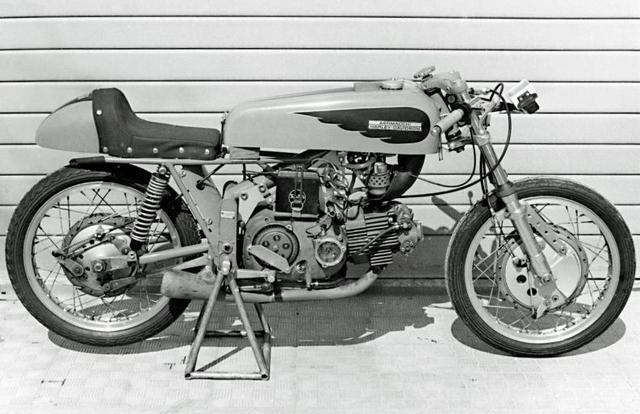 画像: こちらはイタリアの「ゴールドウイング」です? アエルマッキの市販ロードレーサー、アラドーロ(金の翼)。後期型は250/350cc単気筒OHVですが、1960年代のロードレースシーンで軽量さとハンドリングの良さを武器に活躍しました。 www.bestcarinf.com