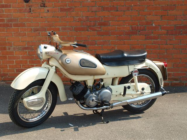 画像: 1963年型アリエル・ゴールデンアロー。バレンタイン・ペイジ設計の並列2ストロークツインを搭載するスポーツバイクです。 www.silverstoneauctions.com