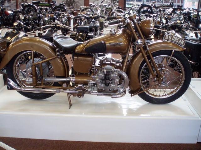 画像: 英国のブラフシューペリアのゴールデン・ドリーム。二階建て構成の水平対向4気筒という、ユニークなエンジンを搭載しています。1938〜1939年に製造されました。 3.bp.blogspot.com