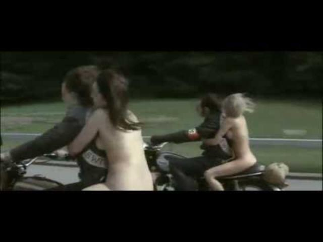 画像: これは...あかん...女の子がとんでもない格好でバイクに youtu.be