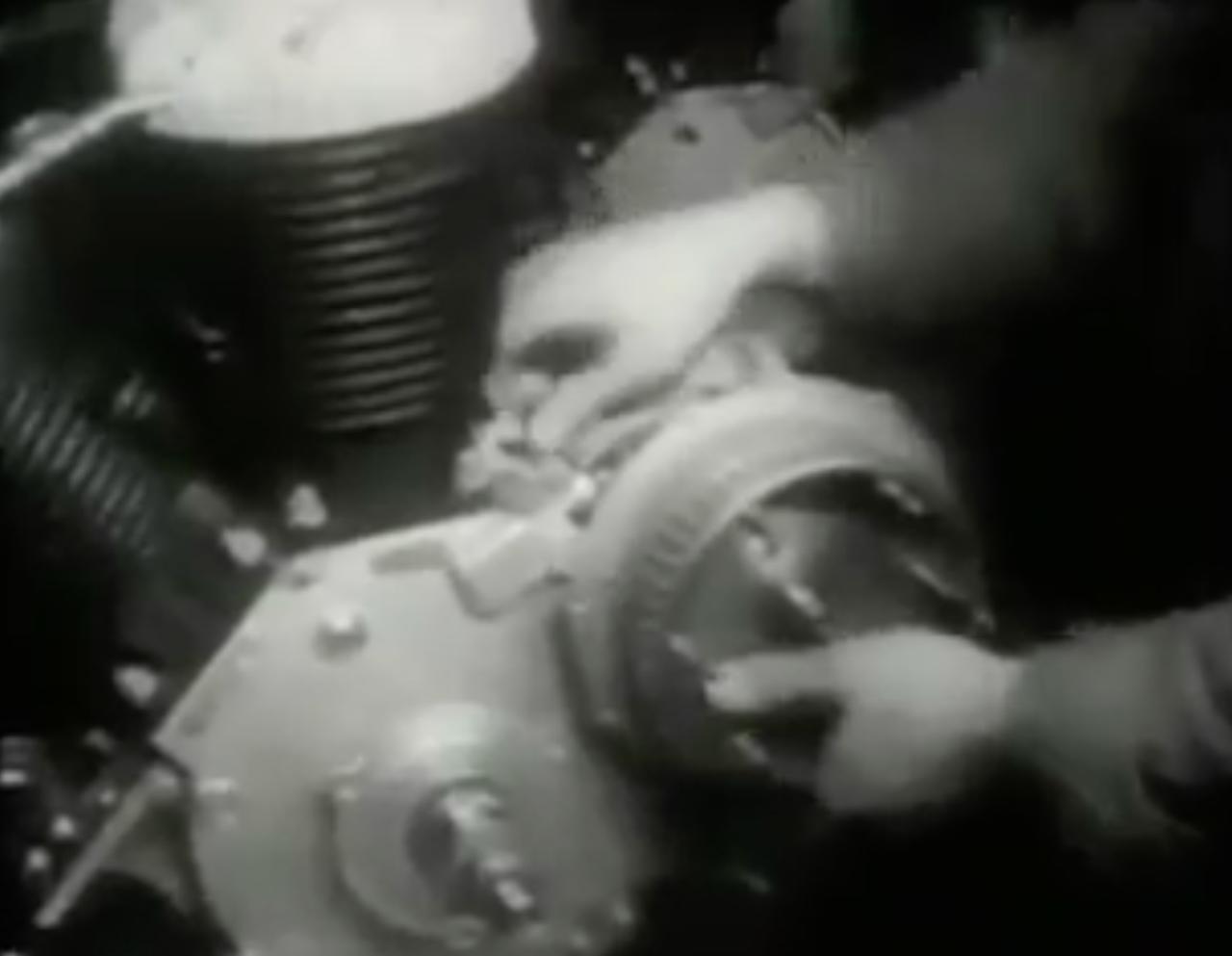 画像: 1950年型から、インディアン最大排気量のチーフは80 cu in (1,300 cc)の排気量を採用しています。なんとプライマリーチェーンは、大トルクに耐えうる4重タイプを使用しています(クラッチ側スプロケットは3枚で、4重チェーンの奥から2列目は発電機のスプロケット駆動に使います)。 www.youtube.com