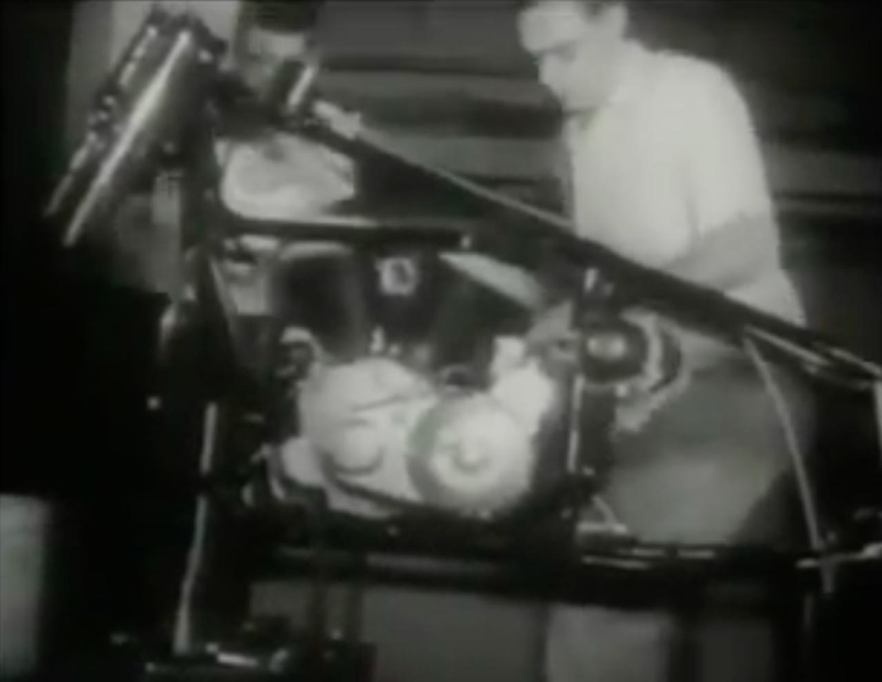 画像: エンジン+駆動系を搭載するときはふたりがかり。それでも腰が痛くなりそう・・・ひ弱な私はそう思ってしまいます(苦笑)。 www.youtube.com