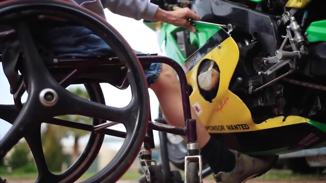 画像: 愛機の整備も自分でやるとはすごいです! 左足でフェアリングのアンダー部を持ち上げ、左手のドライバーでマウントボルトを締め付けます・・・。 www.youtube.com