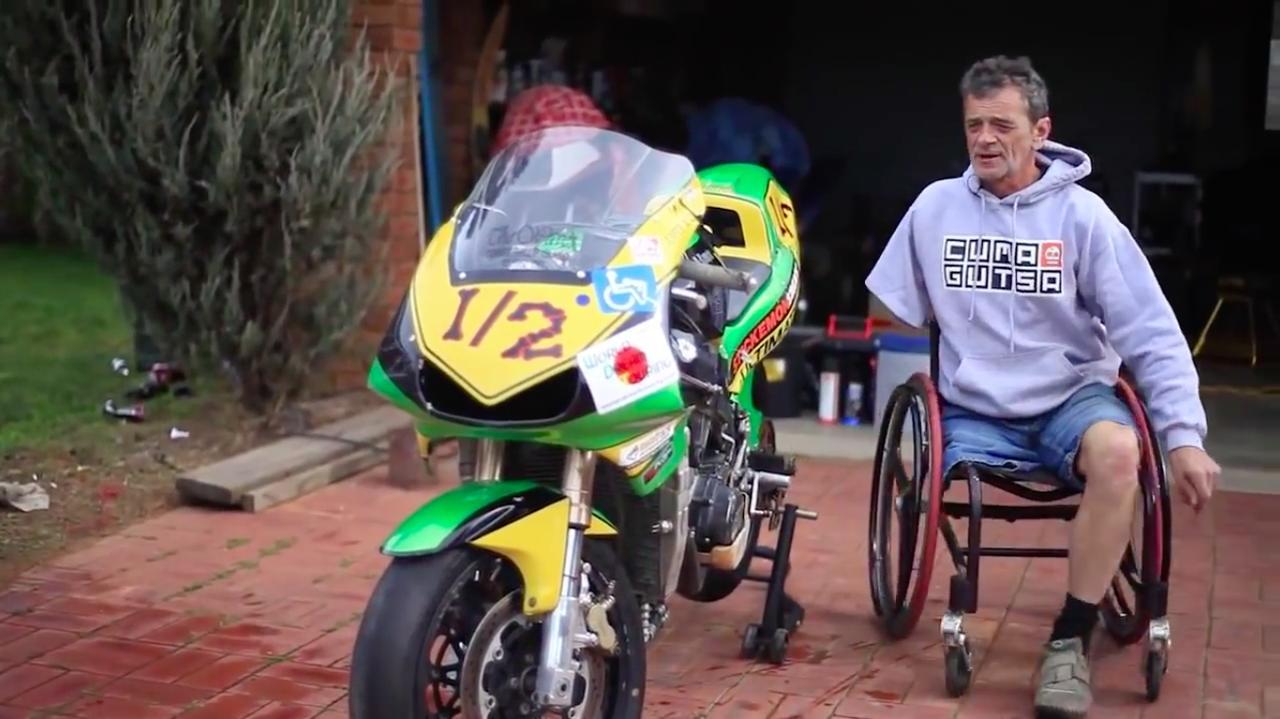 画像: 車椅子の上の人物がアランさん。左側の手足で操縦できるように、マシンには改造が施されています。 www.youtube.com