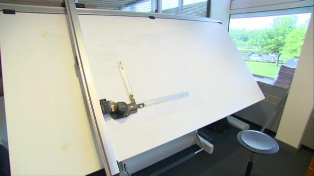 画像: コンピュータのCADソフトでの設計が全盛の今、ニューウェイは昔ながらの製図板を使って図面を書く数少ない人物です。もしくは、こういう仕事のスタイルを守ることを、許される立場にある天才とも言えるのでしょう。 www.youtube.com