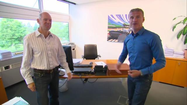 画像: 元F1ドライバーのデビッド・クルサード(右)が、ニューウェイのオフィスを訪ねます・・・。 ja.wikipedia.org