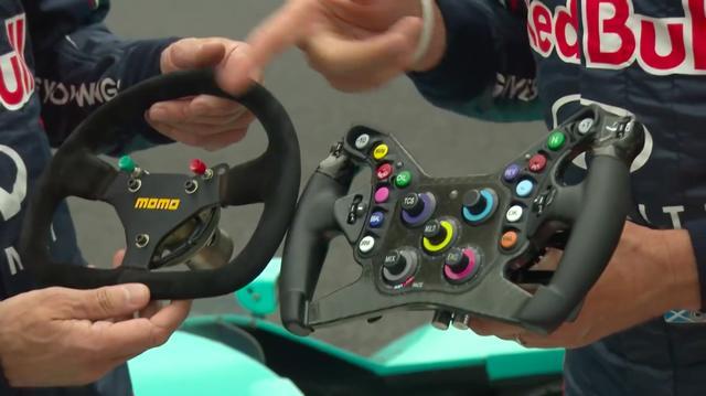 画像: 両モデルのステアリングを比較。1988年のころのドライバーは、今のドライバーよりも(指は)忙しくなかったのかも?(笑) www.youtube.com