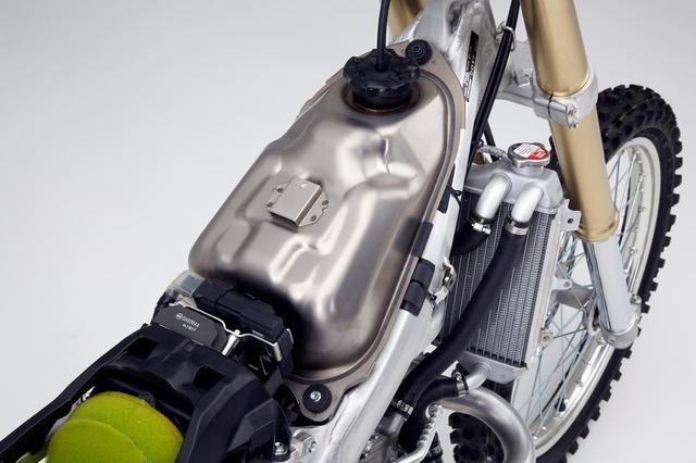 画像: 新日鉄住金製純チタンJIS1種材(TP270C)を使用したホンダCRF450Rの燃料タンク。従来のモトクロッサーで一般的な燃料タンク主要素材であるPPなどの樹脂と比較して、軽量化にも寄与しております。 fullgaz.co.il