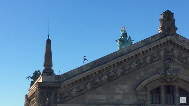 画像: こんな高い所、駈け上がっちゃいます・・・コワヒ・・・。 www.youtube.com