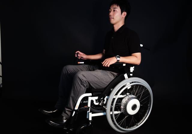 画像: 座ってみるとかなり快適。フル電動は片手で簡単操作でスィーッと移動できて、運転自体が楽しいし、電動アシスト型は、上半身には障がいがない方なら、まるで車いすバスケのプレーヤーにでもなったかのように、アクティブに移動することが可能です。 あ、ちなみに写真の見るからに好青年の方は、トーマスではございませんw