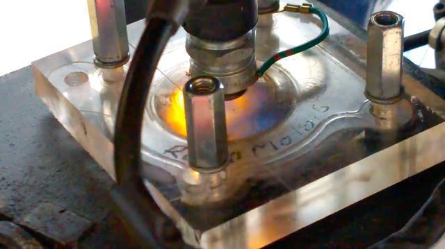 画像: 機関部にクローズアップすると・・・なんとシリンダーヘッドが透明! 点火プラグ用にネジ山がたててあるので、これは強化・耐熱ガラスではなく、ポリカーボネートだと思われます。 www.youtube.com