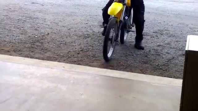 画像: 動画は、1台のモトクロッサーがガレージに入ってくるところからスタートします。 www.youtube.com