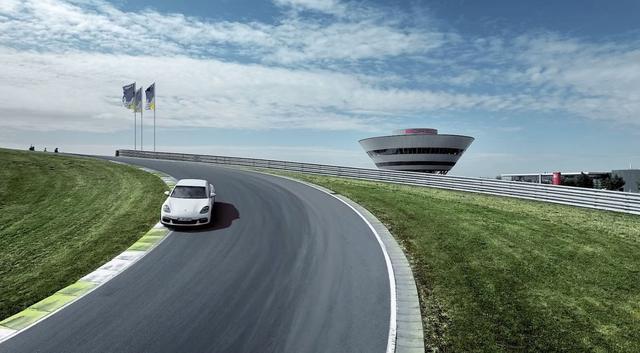 画像: Porsche Works Driver Brendon Hartley meets the new Panamera 4 E-Hybrid on the racetrack. youtu.be