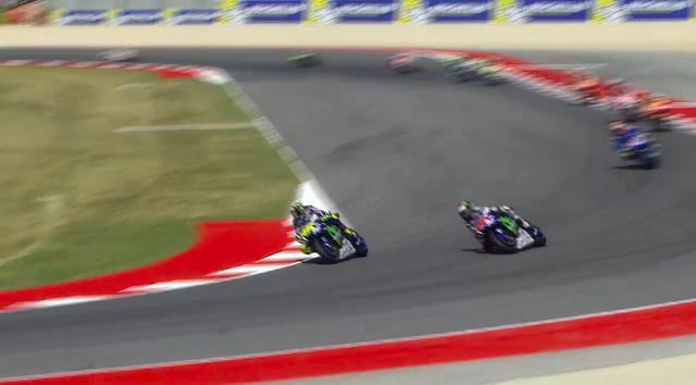 画像: 問題?のシーン。レース序盤、ポールからスタートのロレンソに、ロッシがオーバーテイクを試みました。 www.motogp.com