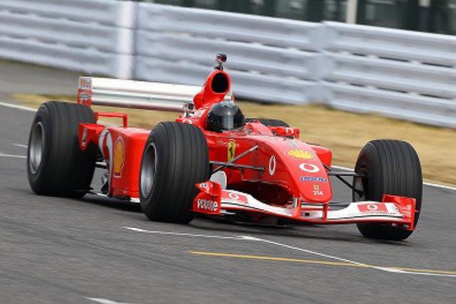 画像: Ferrari F2001B(2001年) Ferrari F2001はスクーデリア・フェラーリが2001年初戦よりF1世界選手権に実戦投入されたフェラーリシングルシーター。 F2001Bは2001年シーズン圧倒的な強さを持ったF2001を、2002年シーズン序盤も使用するため、2002年からのクラッシュテスト基準値強化レギュレーションに対応させ、軽量化を施したF2001Bとして2001年最終戦、鈴鹿サーキットでの日本GPに出走、見事M・シューマッハが優勝した。 このF2001Bはその鈴鹿で勝利したマシンそのものである。カラーリングは2002年のメインスポンサーの英Vodafoneになっており、2002年の第2戦のマレーシアGPまで実戦投入された。