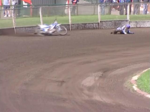 画像: 転んだライダーより、前方へ飛んで行ったバイクが、ライダーに向かって突進します! www.youtube.com