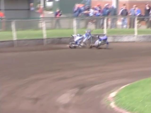 画像: 危機一髪! ギリギリのところでライダーはバイクを避けますが・・・。 www.youtube.com