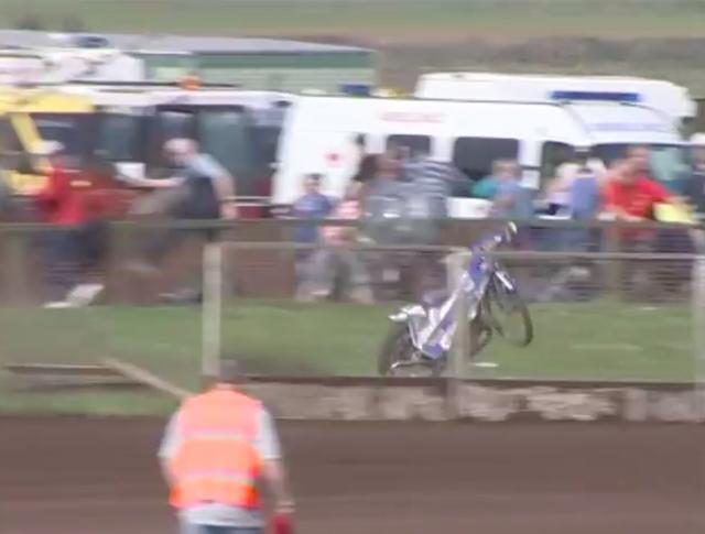 画像: なんとバイクは、フェンスを飛び越えて観客席へと爆走するのです! www.youtube.com