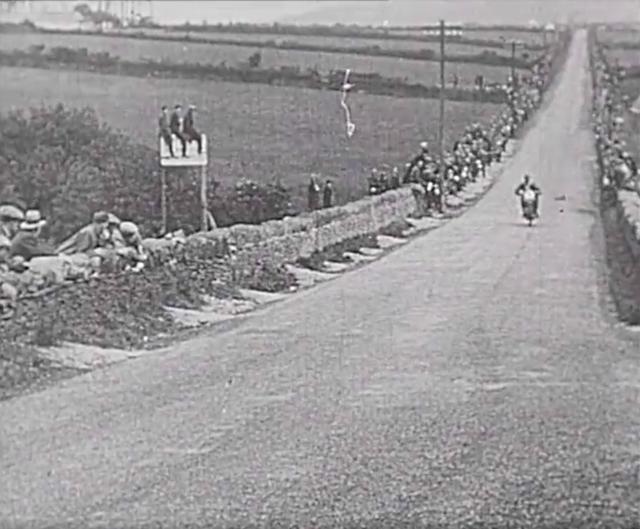 画像: マン島TTの最速コーナー、ヒルベリーのショット! www.youtube.com
