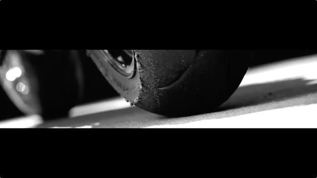 画像: 綺麗に溶けた後輪のタイヤエッジが映し出されます・・・。 twitter.com