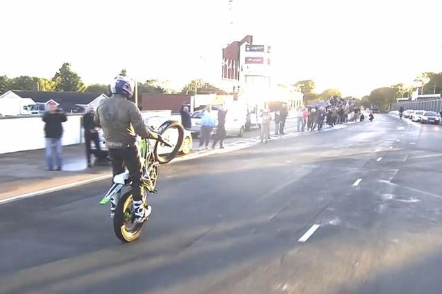 画像: 多くの人が、道路脇からランプキンの挑戦に声援を送りました。 www.visordown.com