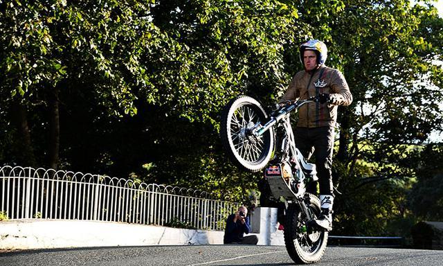 画像: ここは、バローブリッジあたりでしょうね。ジャンピングスポットとして有名な箇所ですが、ランプキンはウィリーをキープしています。 www.bennetts.co.uk
