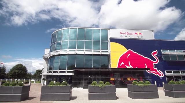 画像: こちらの立派な建物、レッドブルレーシングの開発部門です・・・。 www.youtube.com