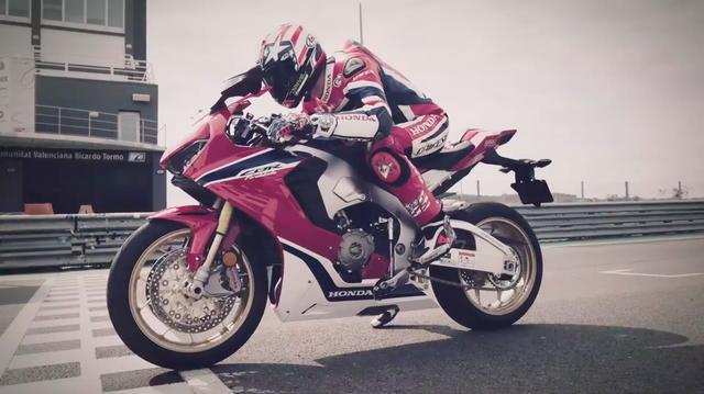 画像: ニッキー・ヘイデンは、来年度この新型をベースとするSBKマシンで世界を戦うことになるのでしょう。 www.youtube.com