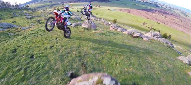 画像: 広大なロケーションで、自由自在にマシンを操るふたり・・・。 www.youtube.com