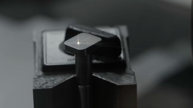 画像: 削り出されたボルトに、表面加工が施されます・・・。 www.youtube.com