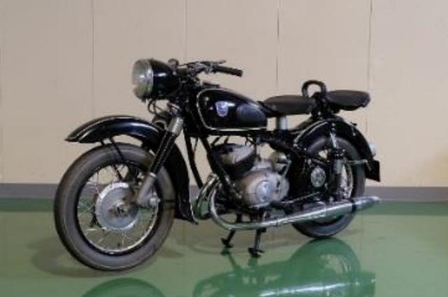 画像: アドラー MB250(1954年) ヤマハ、スズキ、ポインター等のエンジンに影響を与えた1950年代を代表 する250ccのエンジンを搭載。HondaもドリームMEやベンリイJCのフロント フォークの参考とした。
