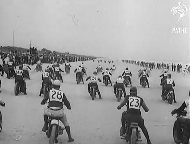画像: 1939年デイトナ。このころは、参加車両はハーレーダビッドソンとインディアンが主でした。戦後になると、英国製のスポーツモデル対アメリカ車という構図が描かれるようになります。 www.youtube.com