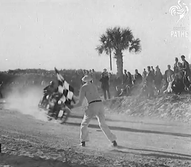 画像: ゴール! 1939年のウィナーは、ベン・キャンパネール(ハーレーダビッドソン)。前年度に続いての2連覇でした。 www.youtube.com